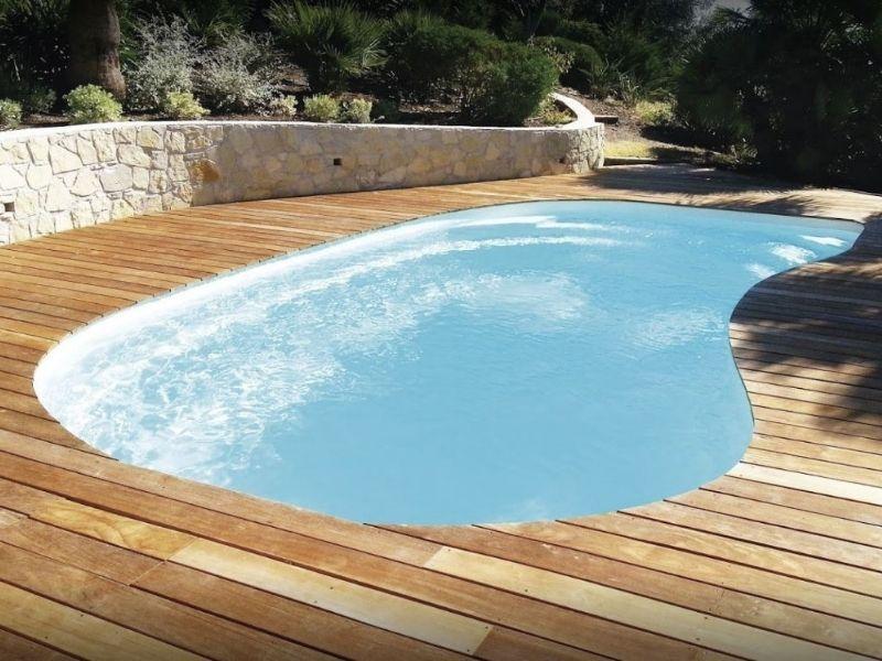 Forme de coque piscine